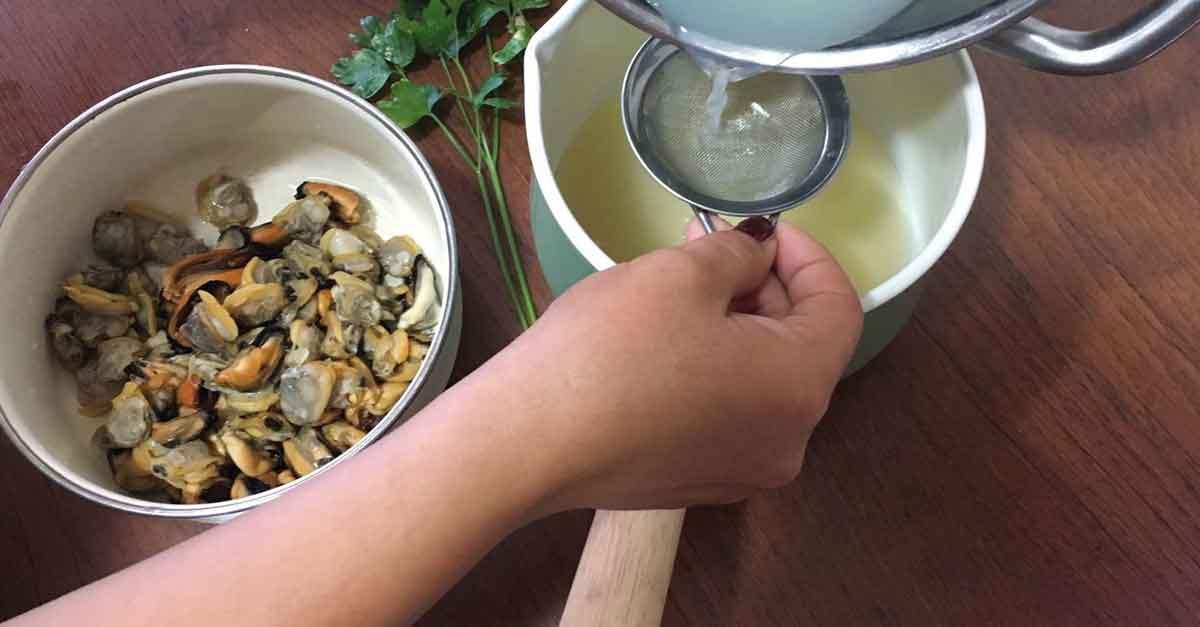 filtrare il liquido rilasciato dalle cozze in cottura