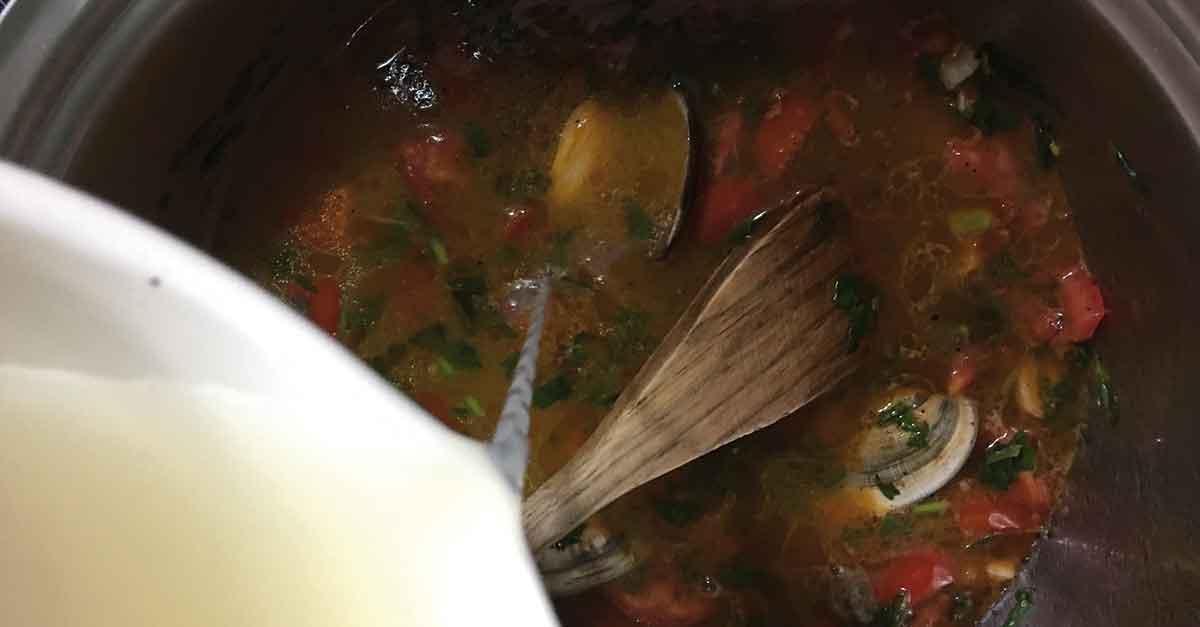 preparazione del sugo per gli spaghetti alle cozze