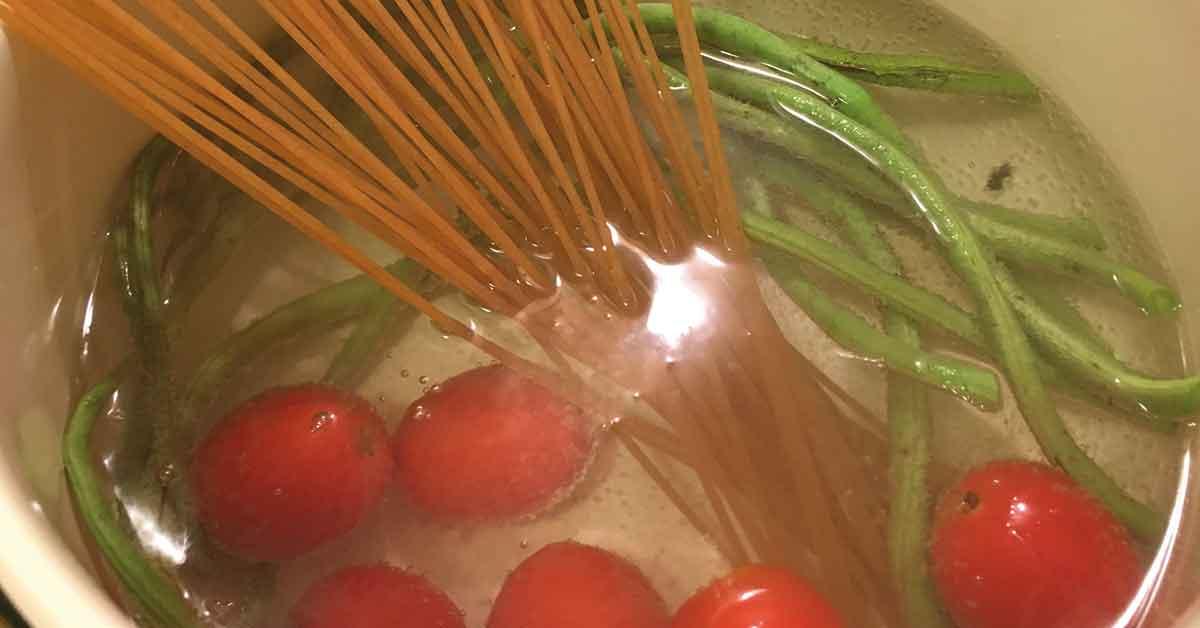 preparazione spaghetti-con-fagiolini-e-pomodoro