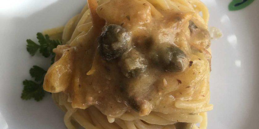 spaghetti pomodoro giallo capperi alici