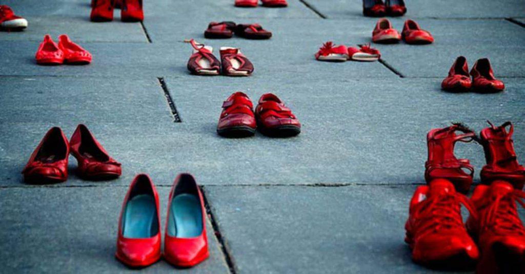"""Prosegue la manifestazione a Piazza Cairoli per dire """"no"""" al femminicidio. Con qualche polemica… Helga Corrao non gradisce la location scelta dagli organizzatori, in contemporanea all'iniziativa """"Donna Arte"""" di InformaDonna"""