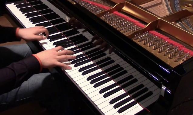 Al mercato Muricello l'inaugurazione del pianoforte donato dall'ex sindaco Renato Accorinti,