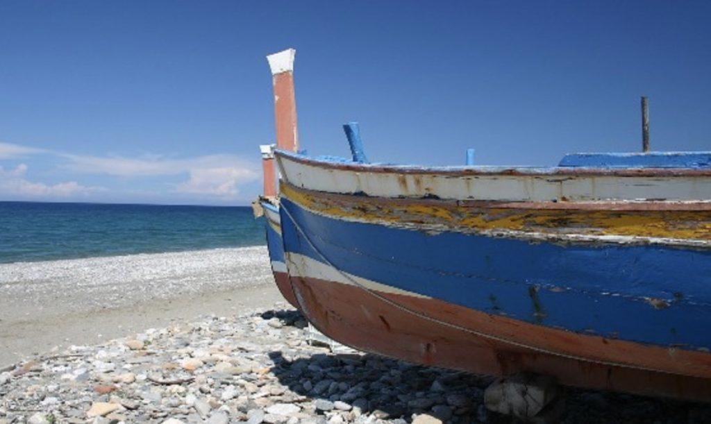 A Torre Faro la protesta dei pescatori dopo il contestato avviso di rimozione delle barche dalle spiagge, in attesa del confronto con l'assessore Dafne Musolino