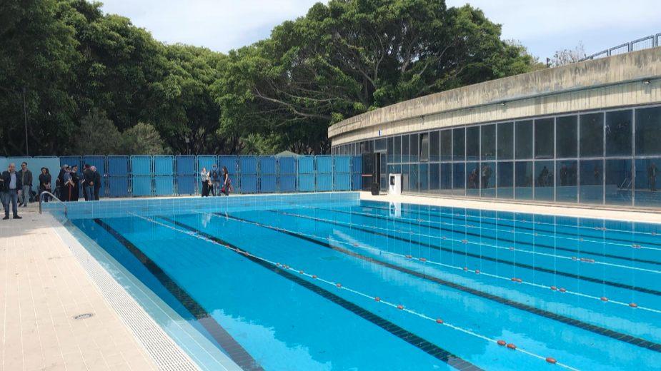 Il tuffo inaugurale di De Luca nella piscina di Villa Dante, in perfetto stile olimpionic…no,
