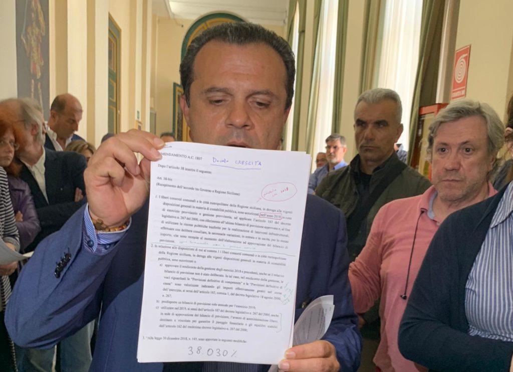 Conferenza stampa di Cateno De Luca prima di barricarsi per protesta a Palazzo dei Leoni