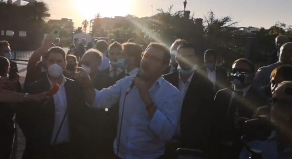 Le contestazioni al senatore della Lega Matteo Salvini