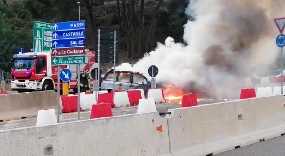 Auto in fiamme all'uscita dello svincolo di Giostra