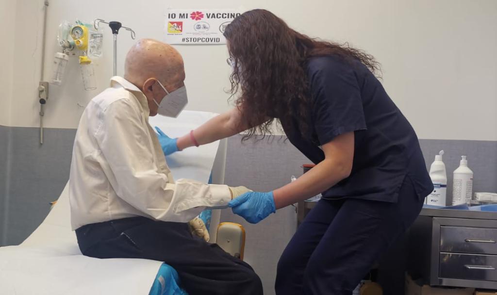 Il signor Nicola, 96 primavere, dopo essersi sottoposto al vaccino anti Covid